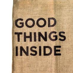 Detalle bolso de yute Good Things Inside