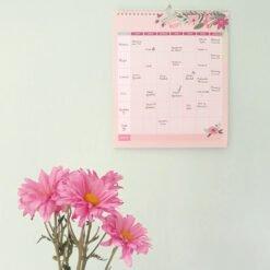 Family Planner en pared menta con flores de colección Flora de Dulce Compañía